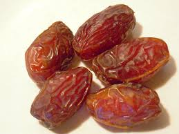 The iron contained in dates controls the synthesis of hemoglobin in the red blood cells and ensures an appropriate level of red cells in the blood.